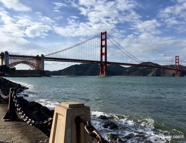 Foto mostra Golden Gate Bridge ao fundo, céu e mar de São Francisco