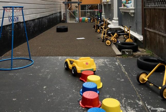 Foto mostra brinquedos de crianças em um corredor