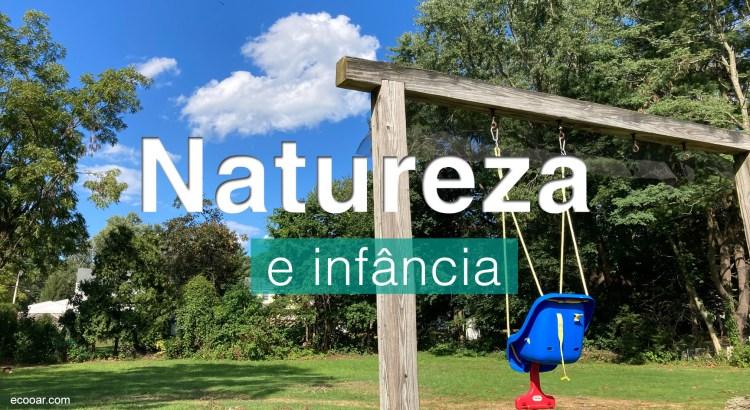 Foto mostra balanço para crianças isntalado em um gramado com árvores ao fundo