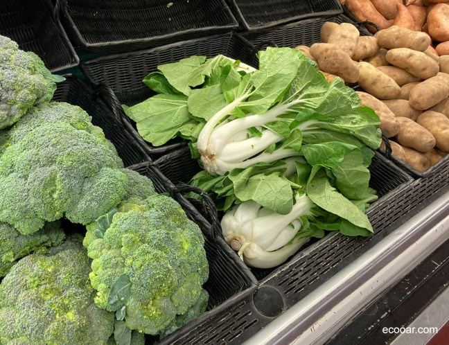 Foto mostra banca de supermercado com legumes