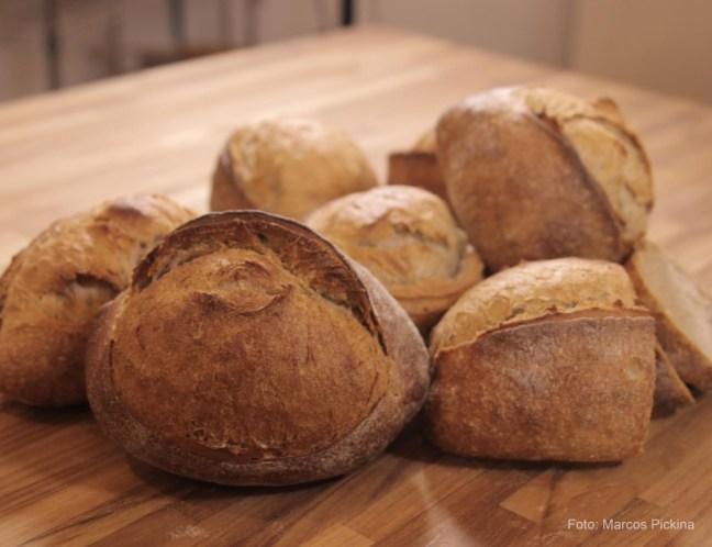 Foto mostra vários pães empilhados