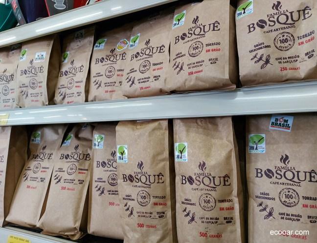 Foto mostra embalagens do Café Família Bosquê em prateleira de mercado