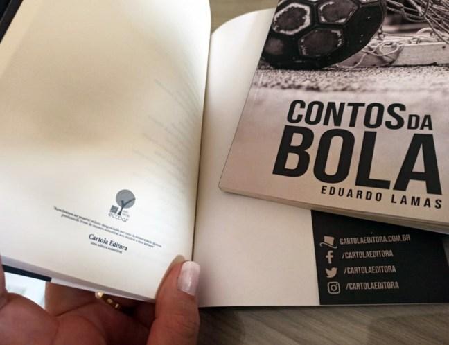 Foto mostra Selo Verde Ecooar na contra capa de um livro