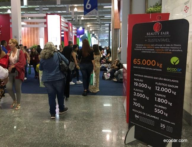 Foto mostra banner demonstrativa com informações de ações sustentáveis da Beauty Fair
