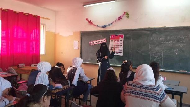 أ. مها مع طالبات مدرسة مصعب بن عمير