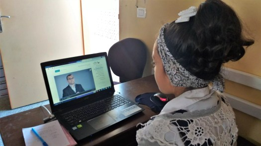 طالبة بمدرسة مصعب بن عمير تتعلم عبر منصة إدراك
