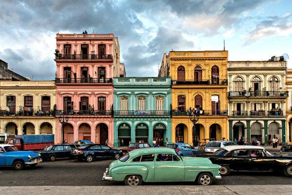 rua com carros em Havana
