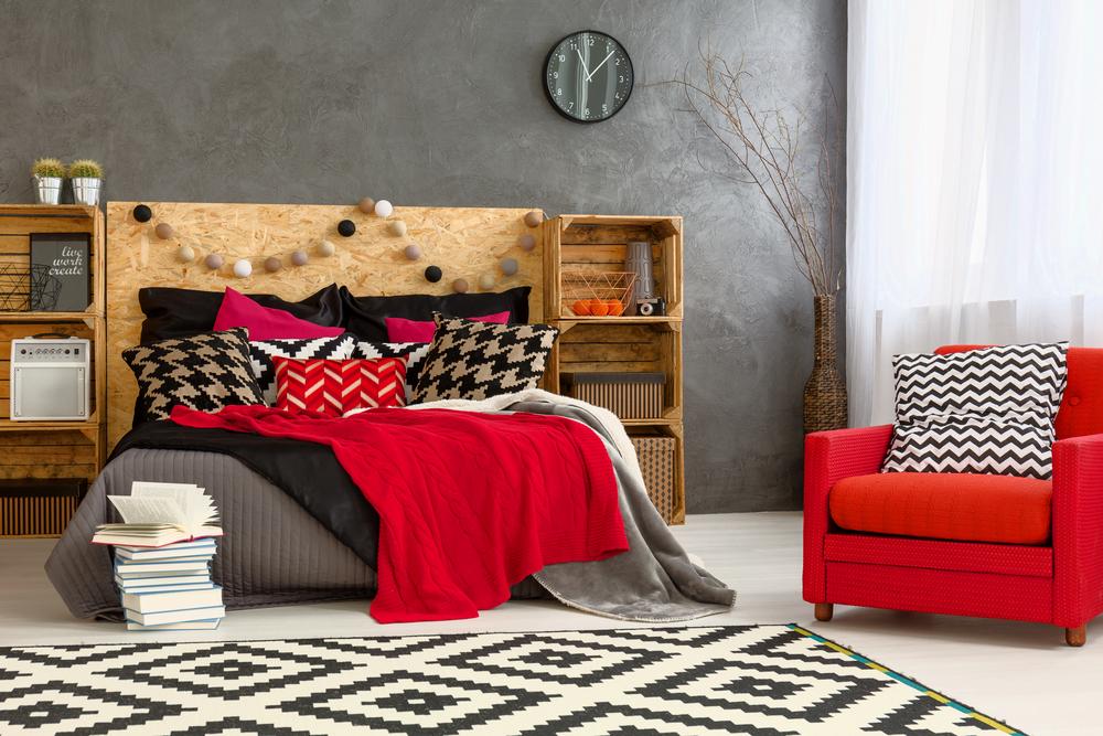 dormitor in nuante de rosu