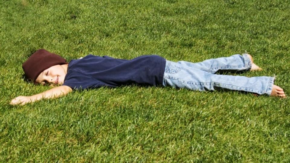 criança de boa na grama