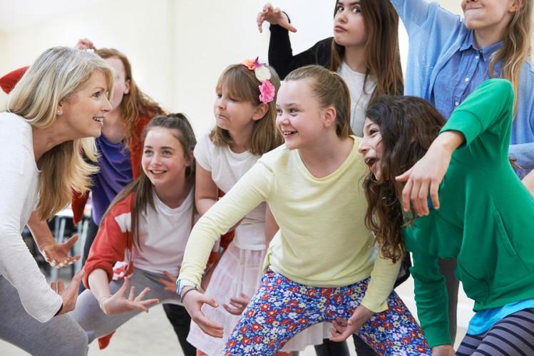 crianças brincando de teatro nas férias de verão