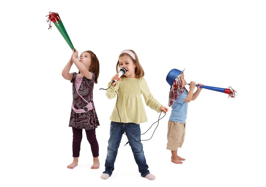 crianças fazendo karaokê, cantando e se divertindo muito com essa brincadeira de férias de verão