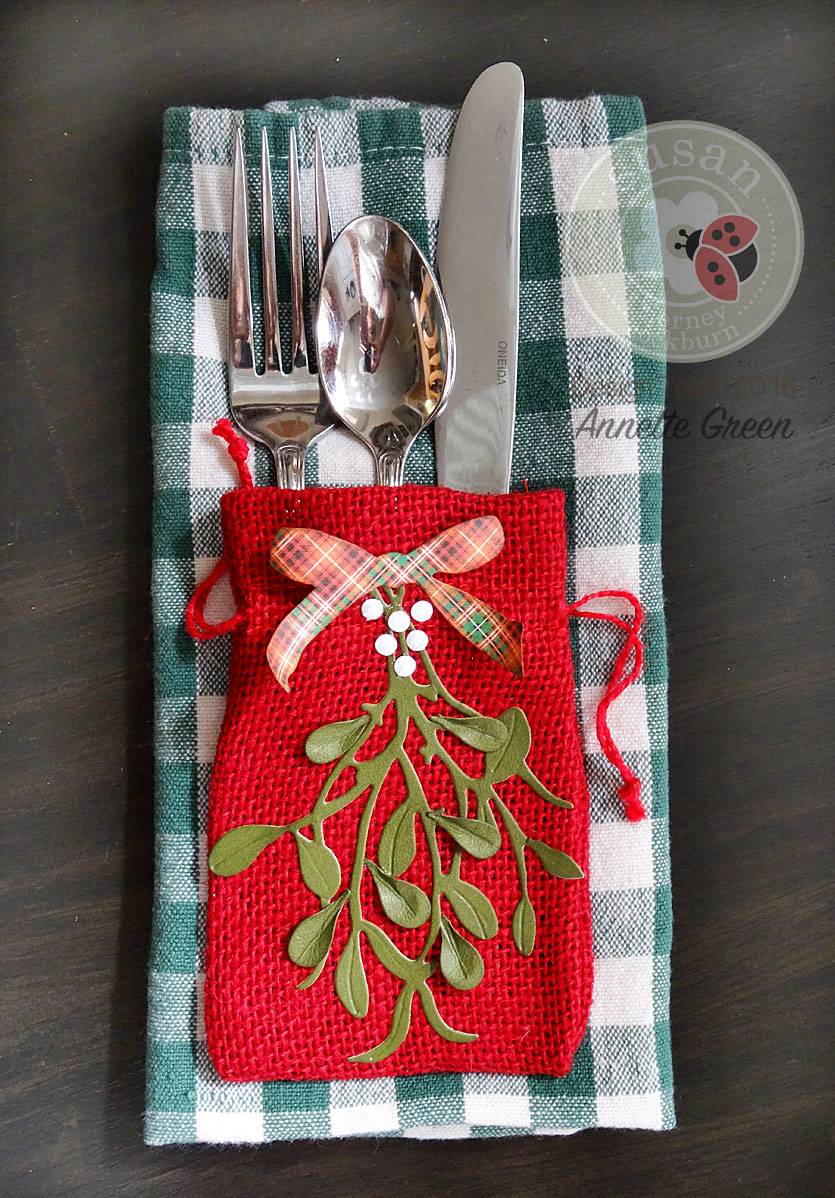 10-burlap-holiday-table-settings-with-mistletoe-by-annette-green-1