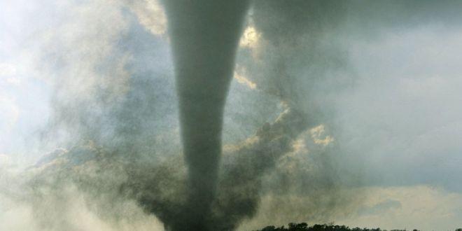 بدل أن يهرب أمريكي يصور فيديو رائع لإعصار عن قرب