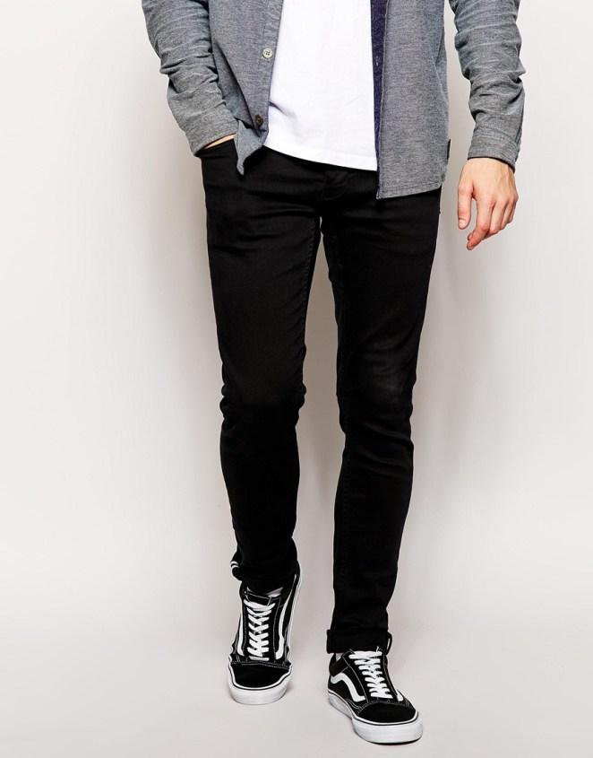 9. Jeans negros con zapatillas negras con cordones blancos.