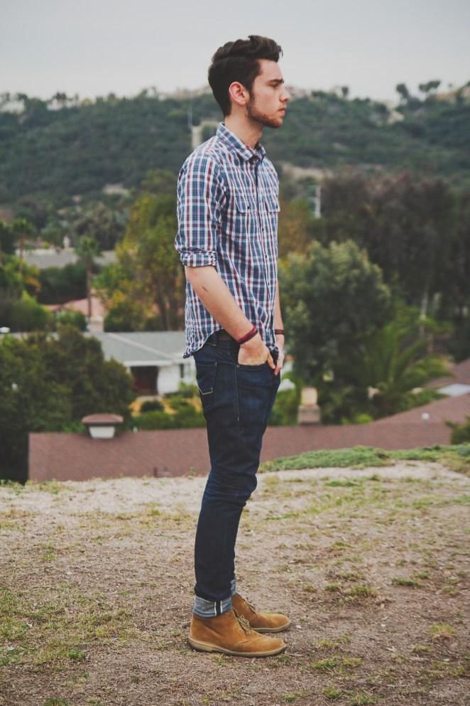 2. Camisa escocesa informal con jean azul oscuro.