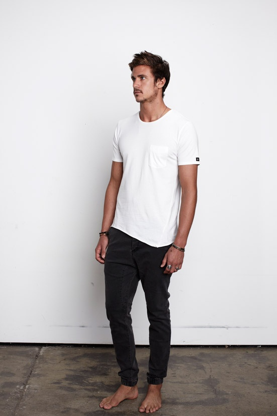 4. Jean negro y remera blanca con bolsillo.