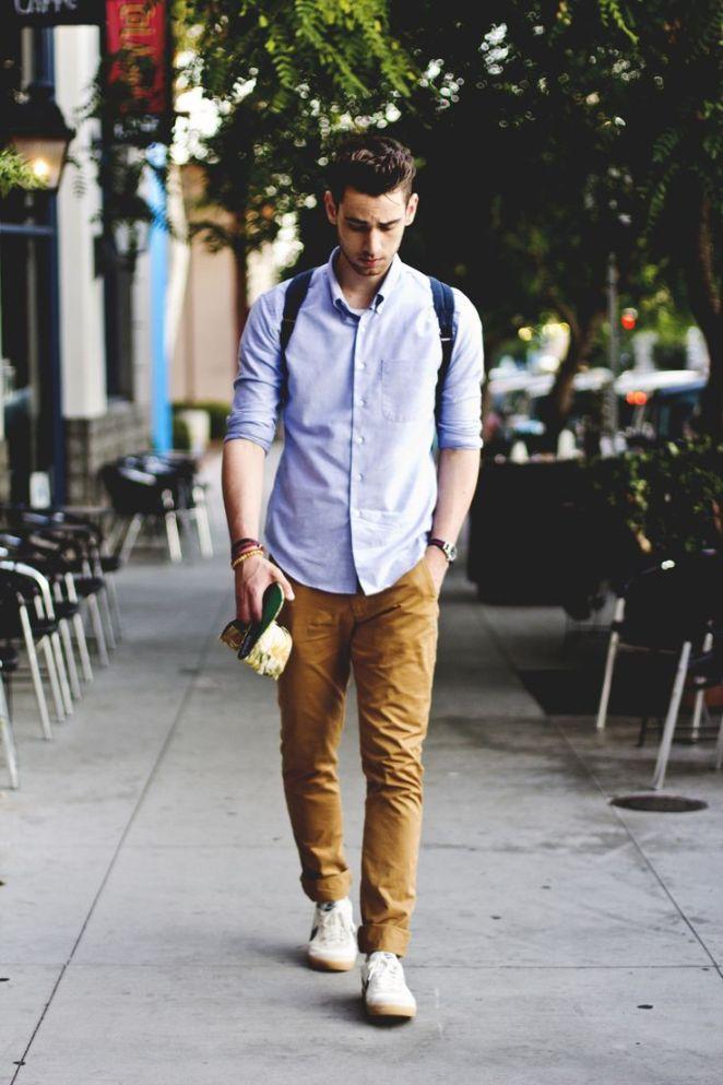 7. Pantalones chinos y camisa.