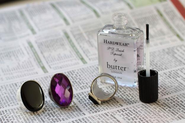 3. Pintá con esmalte transparente el interior de tus anillos para evitar manchas verdes en los dedos.