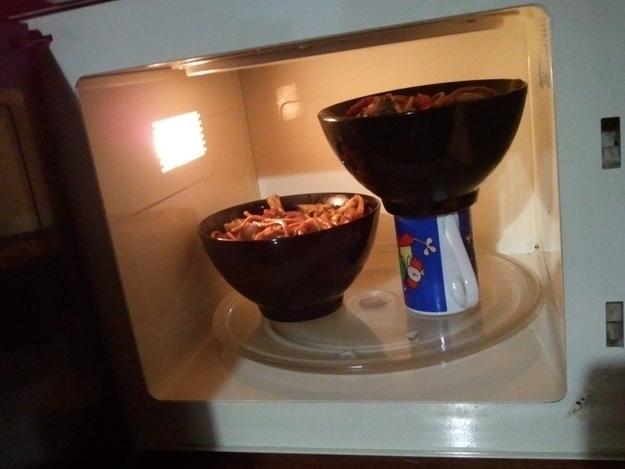 11. ¿No te entra más de un bol en el microondas? Usá esta técnica para calentar dos a la vez.