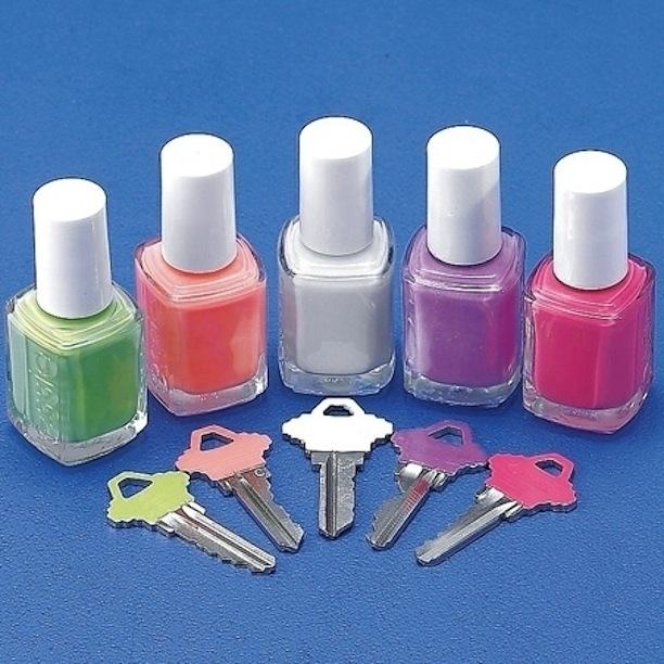 20. Pintá las llaves de diferentes colores con esmaltes de uñas para identificarlas.