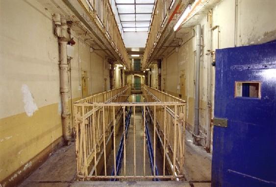 1. Le sante prison, París, Francia: Hogar de criminales del porte de Carlos el chacal. En esta prisión, los internos pasan 23 horas del día encerrados, y en las celdas hace un calor insoportable. Francia tiene la tasa más alta de suicidios en cárceles.