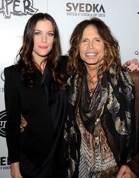 21. Steve y Liv Tyler son padre e hija. Liv no supo que el cantante de Aerosmith era su padre los once años porque su madre se lo había ocultado por la vida salvaje que llevaba Steve.