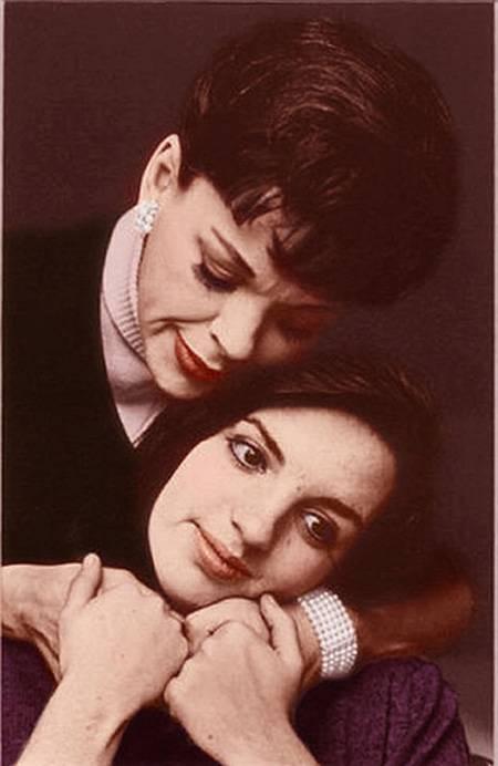 24. Liza Minnelli es la hija del director de cine Vincente Minnelli y de la actriz Judy Garland, la famosa Dorothy de El Mago de Oz.