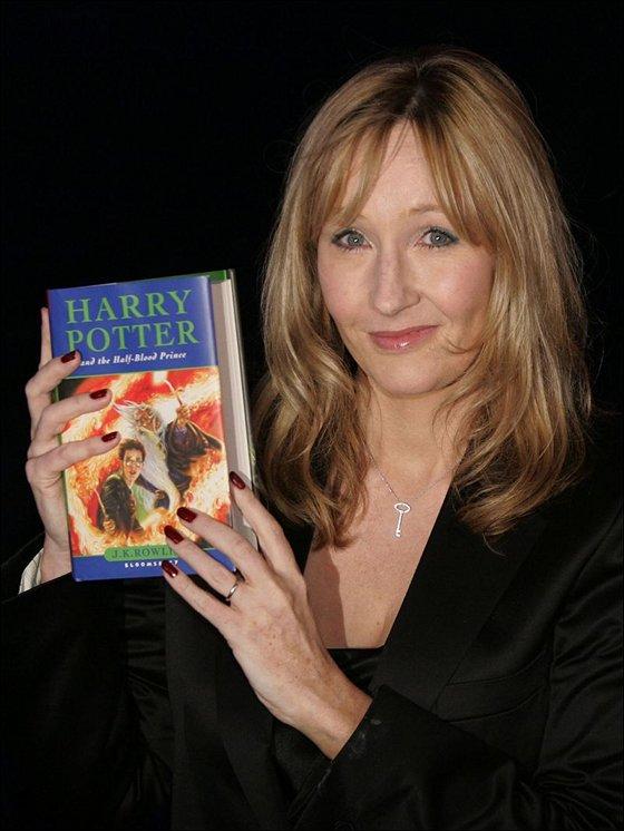 J. K. Rowling, creadora de la saga, tenía una manera particular de ocasionalmente lanzar un anzuelo a los más grandes, dejando pasar pequeñas referencias adultas a lo largo del relato.