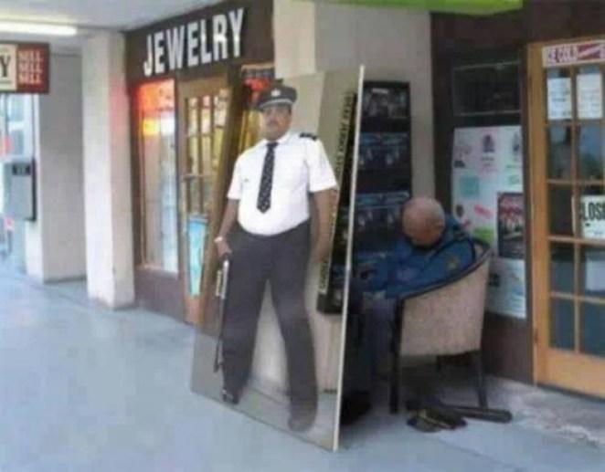 3. Ese guardia está alerta 100% del tiempo.