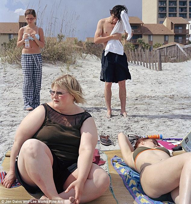 En 2002 la, en ese momento, estudiante de fotografía Jen Davis se sacó una foto en la playa con amigos y comenzó una serie de autorretratos