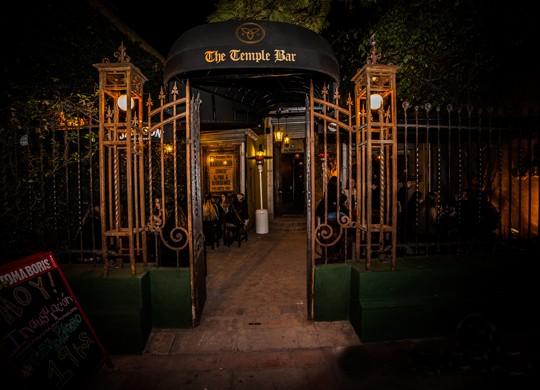 Enorme patio arbolado + variedad de cervezas artesanales. La fórmula que nunca falla para armar una salida con un grupo grande de amigos en un bar estilo irlandés.