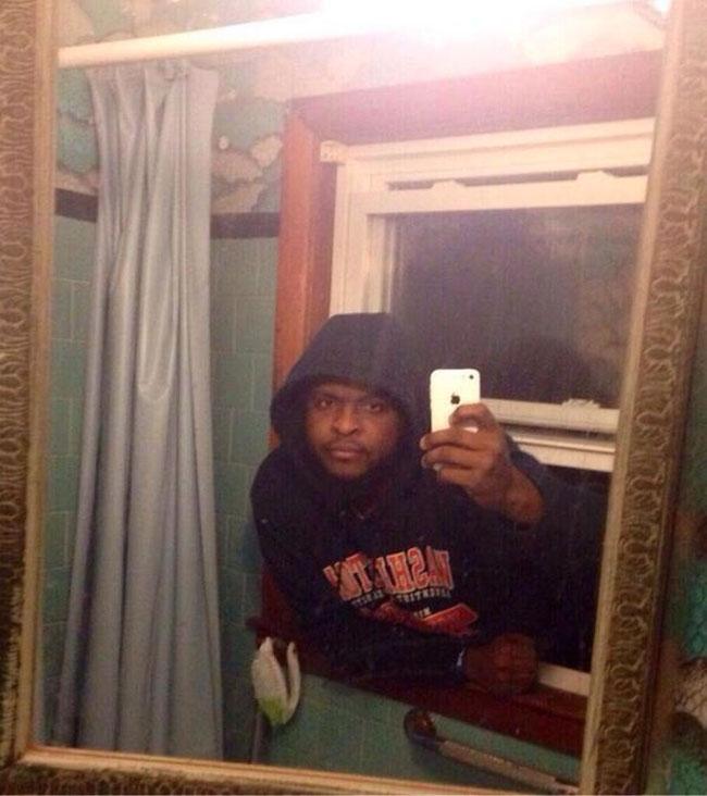 5. Este entró a invadir una casa y no dejó pasar el espejo del baño para hacer una selfie