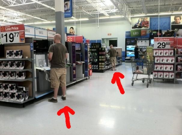 4. Estos dos se vistieron igual para ir al Wal-Mart. Separados al nacer.
