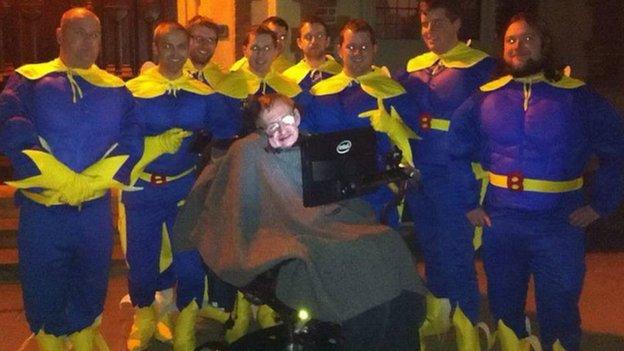 9. Stephen Hawking posó con un grupo de chicos disfrazados de Banana-Man.