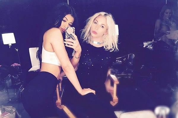 9. Kylie Jenner subió una selfie donde puede verse a su hermana Khloe Kardashian desnuda.