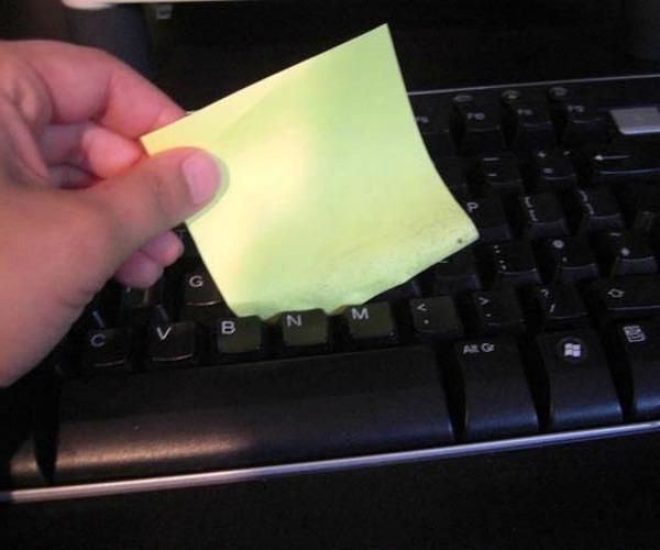 2. Limpiá tu teclado con la parte autoadhesiva de un post-it.