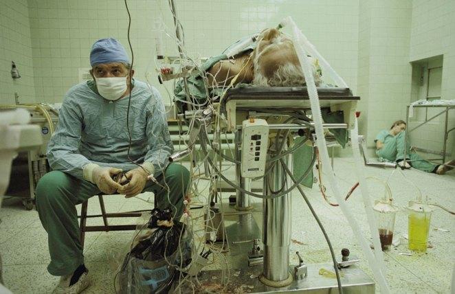 3. Cirugía trasplante de corazón que duró 23hs seguidas, la asistente del médico es quien está durmiendo en una esquina (todo salió bien)