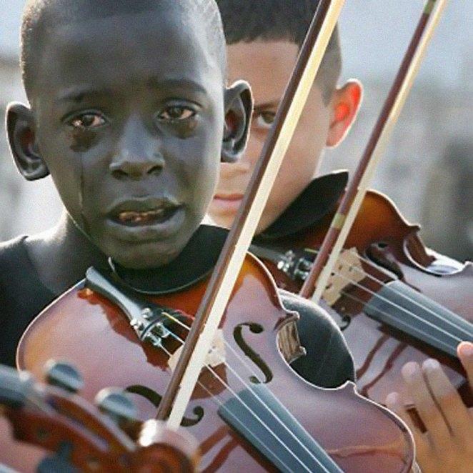 5. Diego Frazão Torquato, de 12 años de Brasil tocando el violín en el funeral de su maestro, quien lo había ayudado a salir de la pobreza y la violencia a través de la música.