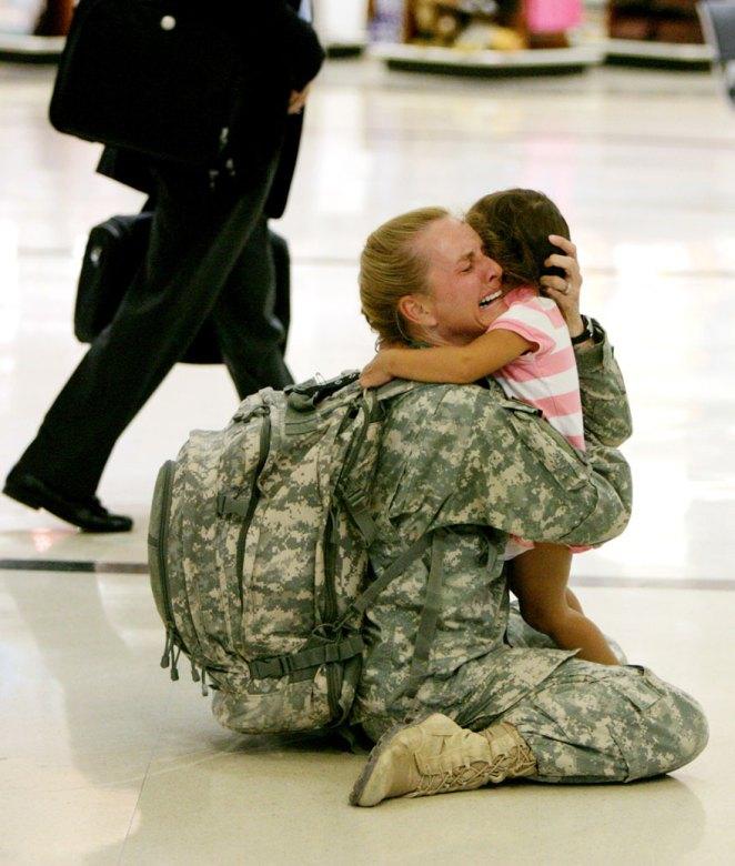 10. Terry Gurola es reunida con su hija después de 7 meses de participar en la guerra contra Iraq.