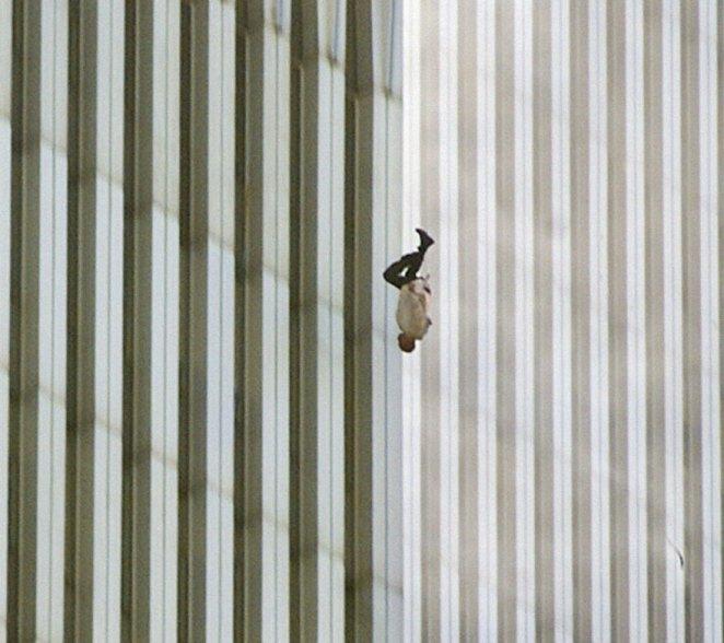 13. Un hombre tirándose de las torres gemelas el 11 de Septiembre.