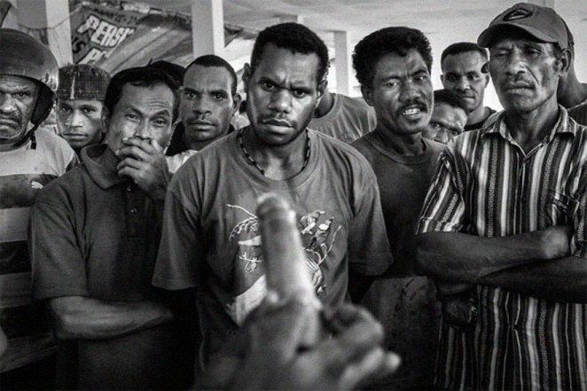 26. Demostración del uso del condón en un mercado público en Jayapura, capital de Papúa, 2009.