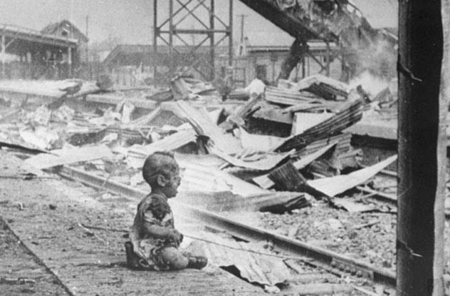 1. El bebé de Shangai: Durante la segunda guerra mundial, los Japoneses bombardearon Shangai. Supuestamente, el ataque iba dirigido a las tropas. En vez, soltaron los explosivos encima de una estación de tren, matando a 1500 e hiriendo a otros tantos.