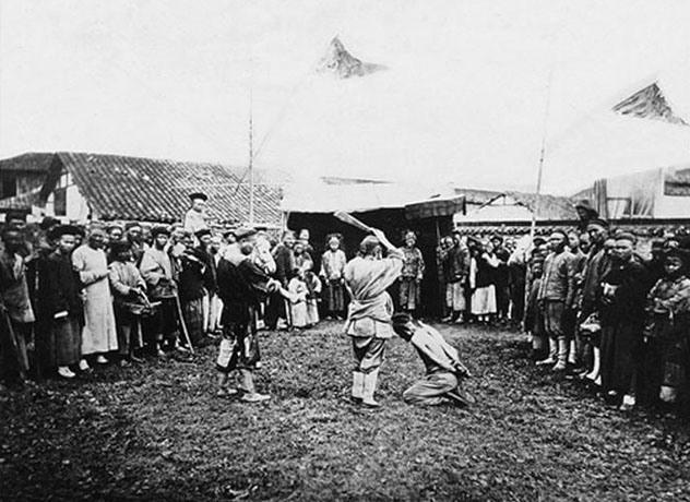 5. Ejecuciones públicas en China: En el siglo XIX, el fotógrafo William Saunders viajó a China, donde retrató situaciones de una crueldad inigualable. Acá, se le corta la cabeza a un chico en una plaza por cometer un crimen menor.