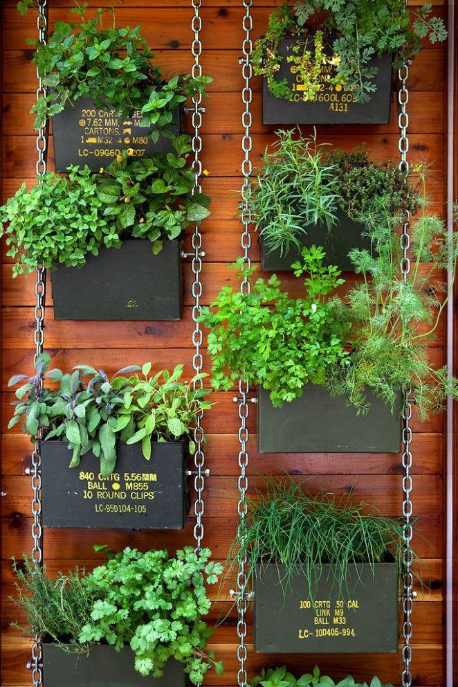 9. Cajas de madera, sostenidas por cadenas y tornillos.