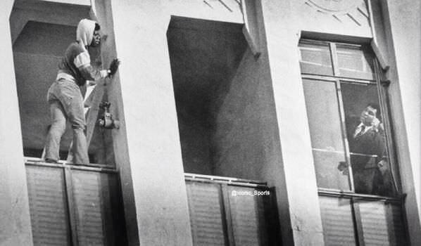 3. Muhammad Ali hablando con alguien que quería suicidarse saltando del edificio.