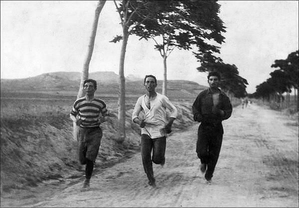 24. Corredores de Marathon en los primeros Juegos Olímpicos modernos en Atenas, Grecia, 1896.