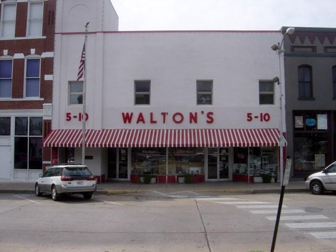 25. El primer Walmart abierto en 1962.