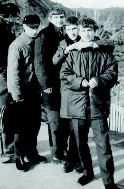 26. Vladimir Putin de adolescente (el de sombrero).