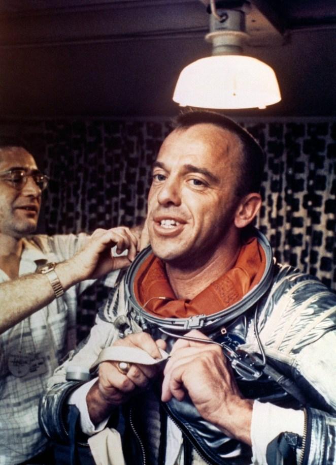 32. Alan Shepard, el primer americano en el espacio, poniéndose su traje espacial.