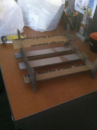 6. Para hacer la parrilla cortamos el cartón y hacemos una mini vía de tren